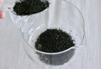 作り方も至ってシンプル。1リットルの容器に対し、茶葉は多めに。目安として20g(大さじ4杯)入れます。