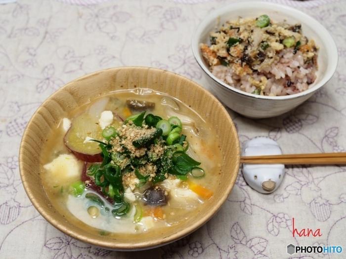 和食の代表ともいえるお味噌汁は優秀な温朝食。具だくさん味噌汁なら噛みごたえも栄養もばっちり。