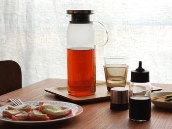 スタイリッシュなデザインが素敵なiwakiのジャグ1000。耐熱ガラスなのでホットとアイスと両方に対応しています。口元は広めなのでお手入れもラクチン。熱湯消毒もできるのでいつでも清潔に保てます。