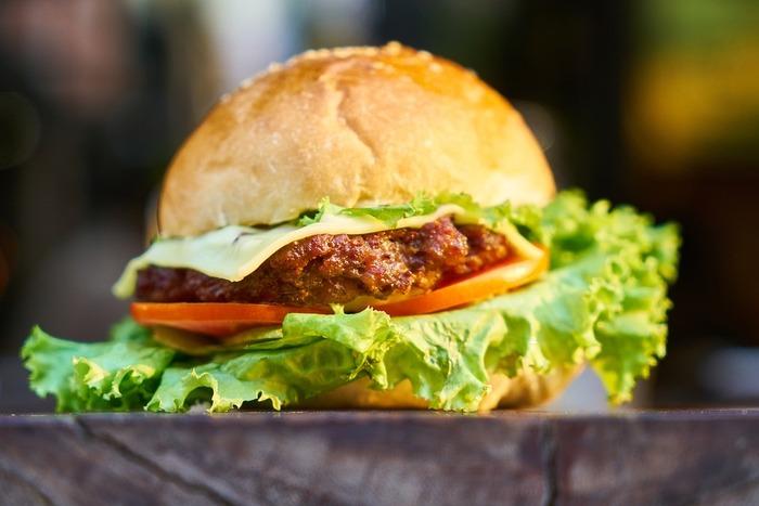 ハンバーガーバンズも一度網の上で温めると更に美味しく。ハンバーグのタネも温め直して炭の香りをつけましょう。サルサソースやアボカドマヨネーズ、タルタルソースなど色々アレンジ可能。ハンバーグの代わりにソーセージやベーコンを挟んでも美味しいです。