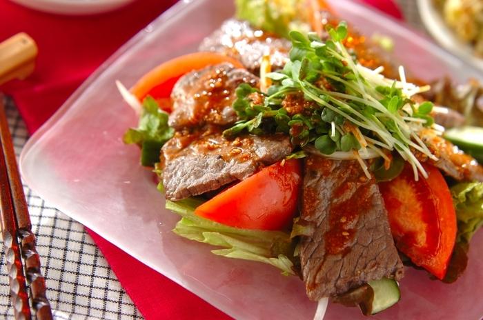 お肉と一緒に野菜も食べたくなったら、こんなサラダはいかが?ピリ辛ドレッシングが食欲をそそります♪
