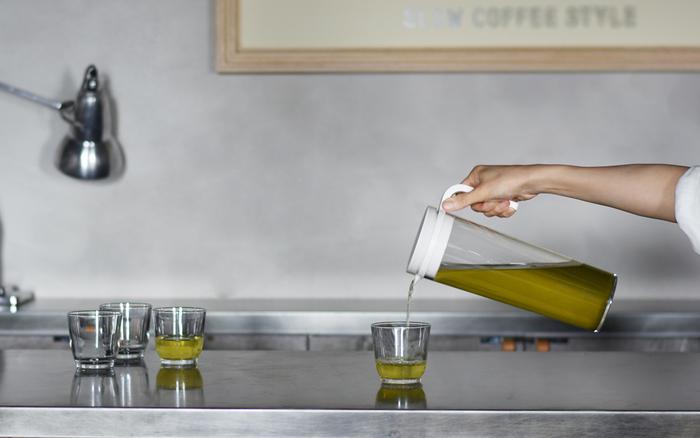 シンプルな佇まいが美しいKINTOのPLUGウォータージャグ。見た目がスリムでありながら1.2リットルと容量もたっぷり。水出し緑茶を楽しむのにオススメのポットです。