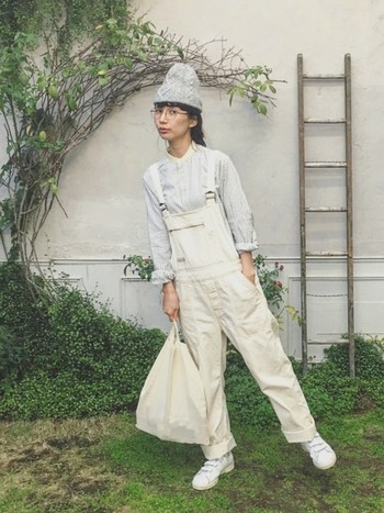 こちらは一転、サロペットやニット帽と合わせて男の子のようなイメージで。同じく服も小物もワントーンでまとめると、おしゃれに仕上がりますね。