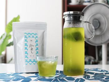 色鮮やかな緑が目にも涼しい、すすむ屋茶店の水出し茶(煎茶)。コクが楽しめる「ゆたかみどり」をベースに柔らかな甘みが特徴の「さえみどり」の品種をブレンド。えぐみもなく、緑茶本来の甘みと爽やかな風味が楽しめます。