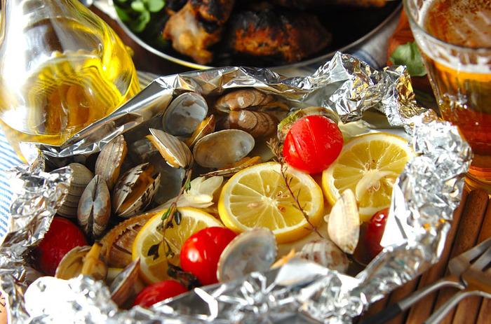 見栄えは最高、レシピは簡単なアクアパッツァ。白身魚なら何でもOKですし、生魚を持ち込むのが不安な人には干物で作るのもおすすめ!ドライトマトやプチトマト、アサリ、オレガノ、バジルやタイム、ケッパーなど。ニンニクみじん切りを放り込んだら、たっぷりオリーブオイルに、塩、白ワイン、水を適当に入れて煮込むだけ。かなりズボラレシピなのに美味しくてバーベキュー向きなメニューです。