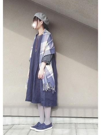 ブルーのリネンワンピースはライトグレーのタイツを合わせて。インナーやベレー帽もグレー系にまとめれば、ブルー×グレーの寒色コーディネートの完成です。