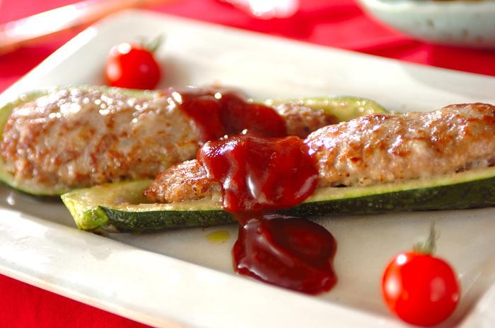 見た目もオシャレで簡単に作れて美味しい♪ズッキーニの肉詰め焼き。女子だけじゃなく男子にも喜ばれそうですね。