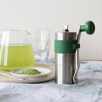 緑茶を余すことなく楽しみたい方にオススメなのが、こちらのお茶ミル。使い方も簡単で茶葉を入れて後はハンドルを回してお茶を挽くだけ。あっという間にきめ細やかな粉末になります。