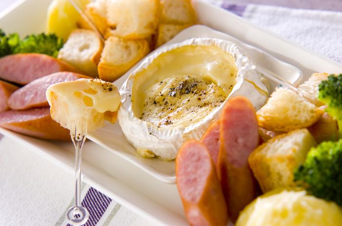 やっぱりフォンデュは外せない。カマンベールチーズの上を削いで、アルミホイルで焼くだけ、バケットやソーセージ、お好きな野菜と一緒にどうぞ♪ブラックペッパーを振っても♪