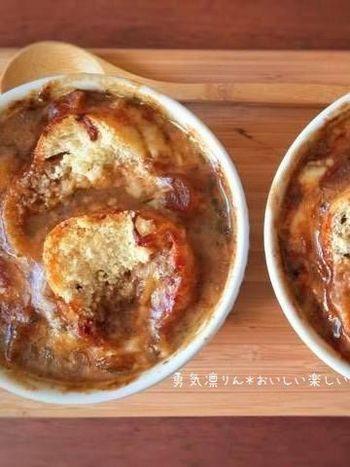 飴色玉ねぎの旨みがぎゅっと詰まった絶品フレンチオニオンスープ。とろっと溶けたチーズとのハーモニーがたまりません♡贅沢朝スープをたまにはいかがですか?