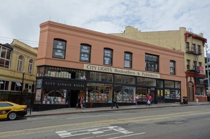 サンフランシスコ、ノースビーチにある「シティライツブックストア(City Lights Bookstore)」。2階の窓には「OPEN DOOR」「OPEN BOOKS」「OPEN MIND」「OPEN HERT」と書かれています。見るからにウェルカムな店構えですね。