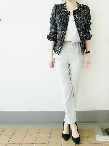 ツイードのジャケットもあまり流行廃りがなく、カジュアルにもトラッドにも着こなせるアイテムです。さり気なく肩に羽織っても素敵ですね!