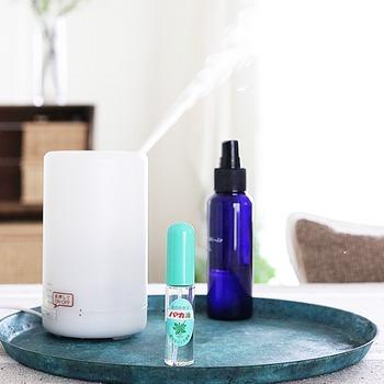 ちょっとしたことですが、朝にお気に入りの香りを空間に広げてみるだけでも心がとっても安定します。  気持ちをしゃきっとリフレッシュしたい場合はミント系、 ちょっと落ち着いた気持ちになりたい場合はラベンダー……  など、日や気分によって香りを変えてみるのも良いですね。  アロマポットを使うのはもちろん、お気に入りの香水を空間にシュッとするだけでも気分は変わるはず。