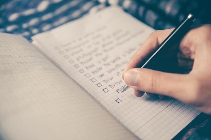 まずは、  ・何時に起きたいか ・どんな1日を過ごしたいか(理想の1日) ・1日のタスクやスケジューリング  を書き出してみましょう。  筆者もよく行なっていますが、その日のスケジューリングを前の晩にあらかじめ書き出しておくと、頭の中で決めるよりもよりわかりやすいです。また、書いたものをよく見える場所に貼っておくことで意識もより高まりますよ。  さらに、「理想の1日」も併せて書いておくことで、新しい目標を見つけやすくなったり、理想の1日を過ごせた時は達成感も味わえるでしょう。