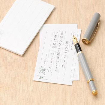 活版印刷に使われる活字を利用した手仕事の光る一筆箋。どこか風情も感じる優しさを感じます。すっと気持ちも落ち着き、素直なメッセージが書けそうですね。