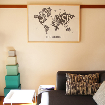 同じレターデザインでも、こんなにユニークなものも♪世界地図の大陸名がその大陸の中にひしめいています。