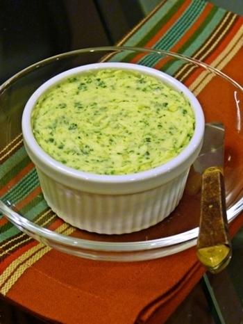 無塩バターに塩麹を加えることでコクのあるちょうどよい塩加減になります。そのままスクランブルエッグなどの卵料理を炒めるのに使用したり、にんにくとハーブをブレンドしてお肉やお魚調理に添えたりと、楽しみ方いろいろ♪