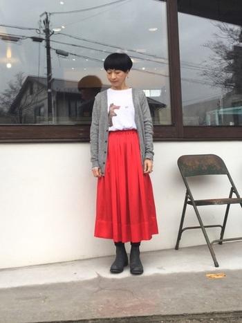 どんなトップスとも合わせやすいシンプルなスカート。タックインして着こなすことでスタイルアップにも繋がります。