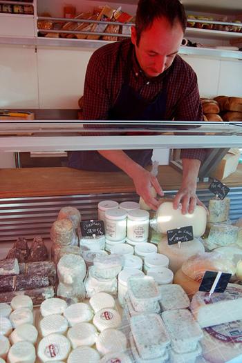いまや美味しいフランスワインは日本でも手に入りやすくなりましたが、新鮮なおいしいチーズを日本で見つけるのはなかなか難しいですよね。フランス滞在中こそ、日本では見たことがないようないろんなチーズに挑戦してみませんか。種類の豊富さと値段の安さに、感動するはず。