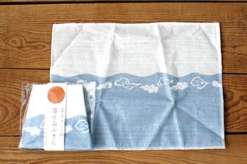 同じく30×40cmサイズのこちらのふきんは、富士山のパッケージがユニーク。海外へのお土産にも人気です。