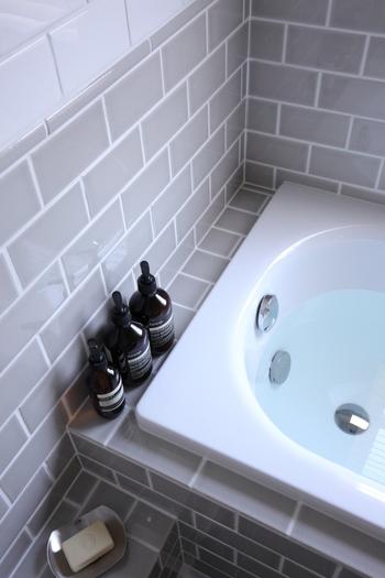 夏の間シャワーで済ませていた人も、ゆっくりと湯船に浸かってみませんか?汗をかいた体は意外と冷えているもの。体を適度に温めておくことで入眠しやすくなりますよ。入浴後の汗を抑えるにはぬるめの湯温にし、ミントの入浴剤やオイルを入れても◎