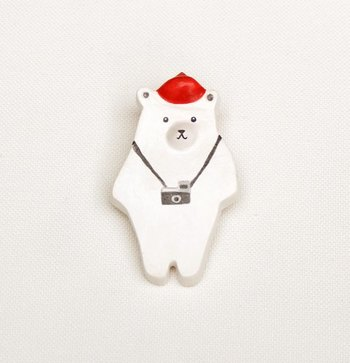 写真は、くまさんの粘土のブローチですが、オーナメントにもぴったりのデザインですね。。シンプルですが、とても愛らしい♪クリスマスにも合うのでは?