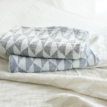 洗濯しやすくすぐ乾く!薄くて軽くて通気性が良いリネンのブランケットは、重ねたり掛け布団でサンドすると、より保温性が高まるので、冬でもOKな素材なんですよ。寒さの厳しいフィンランド生まれです。