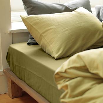 快適な睡眠を得るには寝心地も大切ですよね。肌に触れるベッドリネンの素材選びによっても寝心地は変わってきます。ガーゼやワッフル織りなど、汗ばんだ肌に触れても不快にならず、通気性も保温性も併せ持っている素材ならオールシーズン気持ち良く使えますよ。