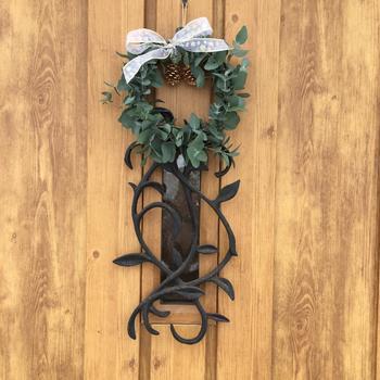 玄関には住んでいる人の人柄が現れます。 緑豊かに演出したり、機能的で生活感のあるポーチにしたり、玄関ドアにさりげないリースを下げてみたり。 おもてなしの心で、玄関を自分色に飾ってみませんか?