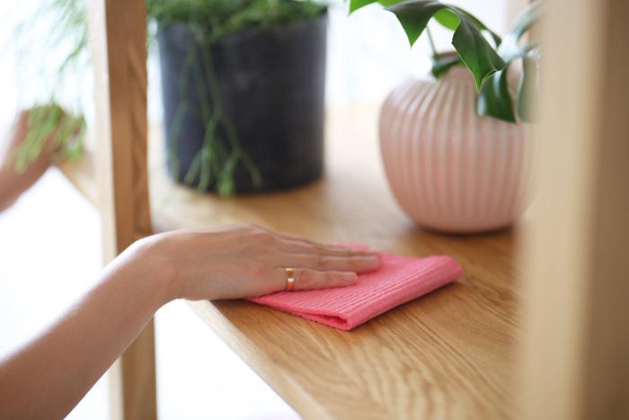 すぐにほこりが溜まってしまう棚の上。毎日5分だけでもできる範囲でさっと拭ければ、いつもきれいで快適なお部屋になります。
