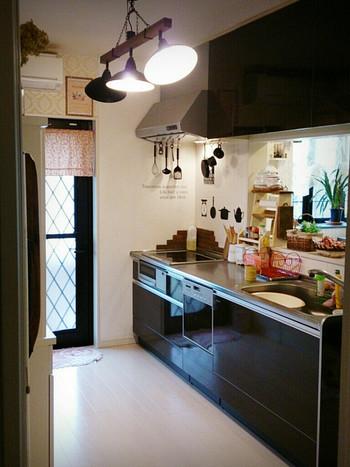 油はねや水はねなどで汚れやすいキッチンの床。面積が狭いので、キッチンだけなら5分で拭くことができます。油汚れが定着して取りにくくなる前に拭きとってしまいましょう。