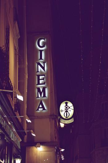 映画館は夢の世界を堪能できる場所...ウッディ・アレンの映画「カイロの紫のバラ」。主人公(ミア・ファロー)が現実から逃げるように映画館に足繁く通い、そこで夢と現実が交差します。 これはあくまで映画の世界だけど、やっぱり映画館って特別な場所ですよね。