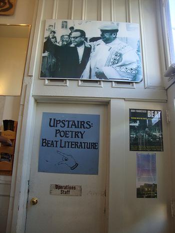 単なる書店ではなく、同じ自由な精神をもったアーティストたちの集まる文化的拠点でもあった場所。現在も当時の精神を受け継ぎ、ポエトリーリーディングなどのイベントも盛んに行われています。