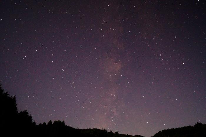 日が暮れると、星野村では夜空に星々が煌めきます。満天の星空を眺めていると、星に手が届くような錯覚を感じます。