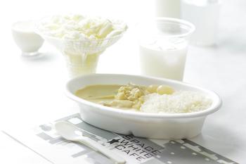 内装だけでなく、メニューも「特製ホワイトカレー」「六甲山麓牛乳を使用したパンナコッタ」「カルピス」「甘酒」など白にこだわったカフェになっています。
