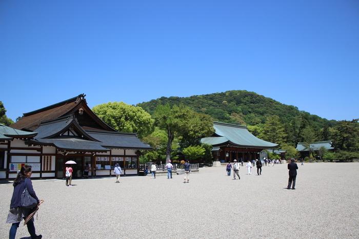 大和三山の一つ、畝傍山の麓に位置する橿原神宮は、神武天皇を祀る神社です。