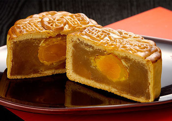 中国では「中秋月餅」といって、お月見には月餅が定番なのだとか。丸い形もさることながら、ふたつに割れば、中には月を思わせる卵の黄身や栗などが入ったものが「お月見限定」として出回るそうです。