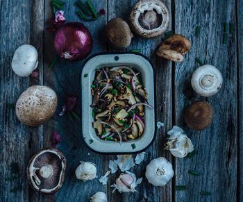 秋は食材もちょっと渋かったり、ほっこりカラーが多くなる季節。キノコ・じゃがいも・栗・さつま芋・南瓜・柿などなど、暖色と茶系が増えてきます。そんな食材をより一層引き立ててくれる皿ってどんなものがあるでしょうか?今日は、秋の味覚にぴったりのお皿をベーシックなものからちょっと冒険できるものまでいろいろと集めてみました!