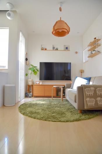 日本の住宅になじみやすく人気なのが、北欧ナチュラルスタイルです。あたたかな照明に、ラグやクッションのやさしい色づかいがポイント。芝生を彷彿とさせるグリーンの丸いラグが素敵なコーディネート実例です。