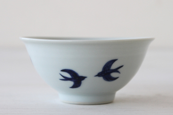 陶芸家、日下華子さんのつばめのシリーズ。ツバメのシルエットがなんとも愛らしくて、お友達やゲストをもてなしたくなりますね。