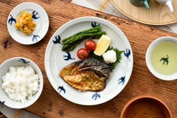 魚料理にも違和感なくしっくり。その時々の食材の魅力をシンプルに引き立ててくれる。かぼちゃの黄色も映えますね。