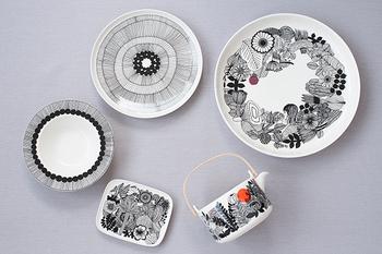 北欧フィンランドで生まれたテキスタイルブランドmarimekko。世界中にファンの多いマリメッコは、お皿のコレクターも多いことで有名です。黒いラインに北欧カラーを合わせた華やかなデザインは、秋食材にもぴったりハマります。