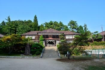 ◆吹屋小学校◆ 吹屋のシンボル「旧吹屋小学校」は、現存する木造校舎として日本最古のものです。【2016年8月現在は、残念ながら解体保存修理中のため見学ができません。】