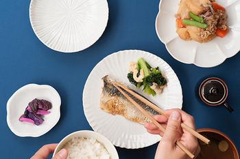 お皿に細かな凹凸で描かれる何気ないデザインで、お魚が立体的に見えます。肉じゃがも、ザ・和風ではない、味のある白いお皿に盛られることで、いつもと違った風合いに。