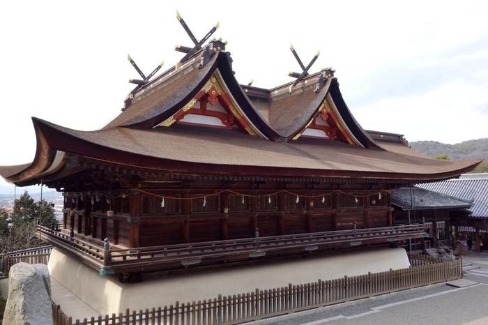 勇壮な本殿は、全国で唯一の「比翼入母屋造(ひよくいりもやづくり)/吉備津造」と呼ばれる独特の建築様式。吉備津神社の本殿は、出雲大社の二倍ほどあると云われ、京都・八坂神社に次ぐ大きさを誇ります。