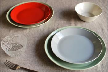 鮮やかだったり、淡かったり。あなたの好きな色は何色ですか?色が綺麗なだけで食材に新しい雰囲気をまとわせてくれます。色が主役のシンプルなお皿は、1枚あると食卓にメリハリが出せます。リム付きだったり、少し深さのあるものが使いやすくて◎