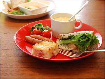 ネイルにもありそうな真っ赤なお皿。食欲の出ない朝は赤いお皿に盛り付けてみると、気が付いたらペロリと完食しているかも?!