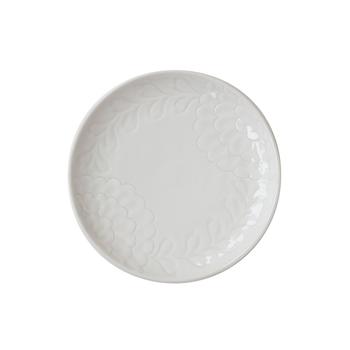 何の料理にも合うお皿として定番の、「白いお皿」。フラットでプレーンな白いお皿も良いですが、さりげない程度にデザインが施されたお皿は、より美味しそうに食材を引き立ててくれることも!  どんなお皿かというと、ちょっと凹凸があったり、プリントではない技法で柄が入っていたり、お皿の形がちょっと凝っていたり。そうしたほんの少しの遊び心が効いているお皿のことです。