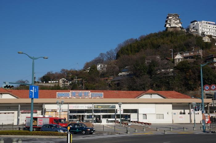 【駅右上の天守閣の建築物は、千光寺公園にある博物館「全国城の博物館尾道城」。】