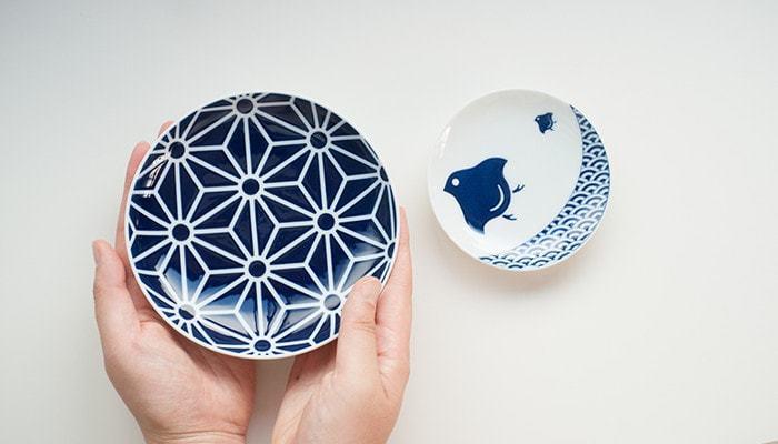 近ごろ、人気の高まる豆皿。鮮やかな藍色が美しい文様の豆皿に、醤油や塩をいれたり、お漬物を盛りつけるのも素敵ですよね。文様ならではの由来やメッセージは、お祝いや引き出物などにもおすすめです。